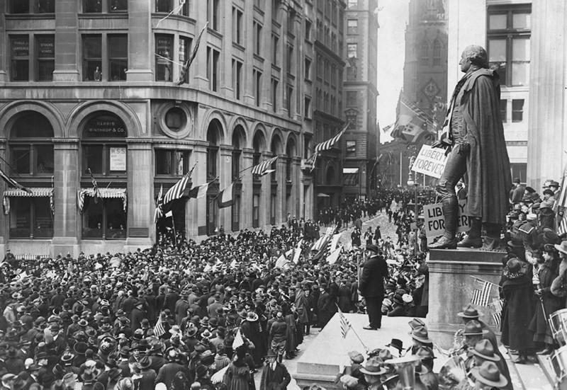 Ciudadanos de NY celebran en Wall Street el fin de la I Guerra Mundial.