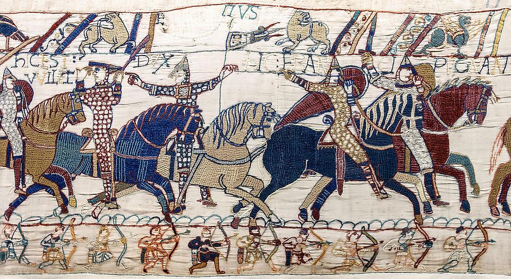 Tapiz representando caballeros y arqueros en Batalla de Hastings.
