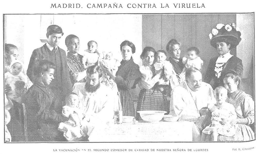 Dos médicos vacunan a sendos niños mientras madres e hijos esperan su turno.