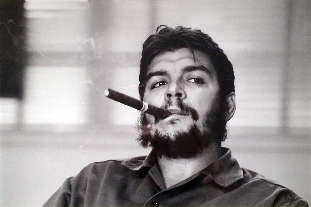 Primer plano de Che Guevara fumando un Habano.