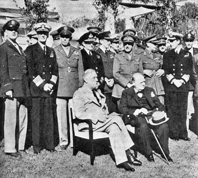 Roosevelt y Churchill en Casablanca rodeados de militares.