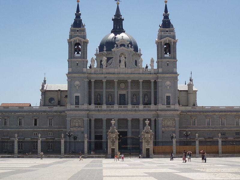 Fachada de la catedral madrileña de La Almudena.
