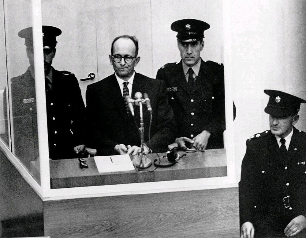 Eichmann detrás de un cristal sigue su juicio en Israel.