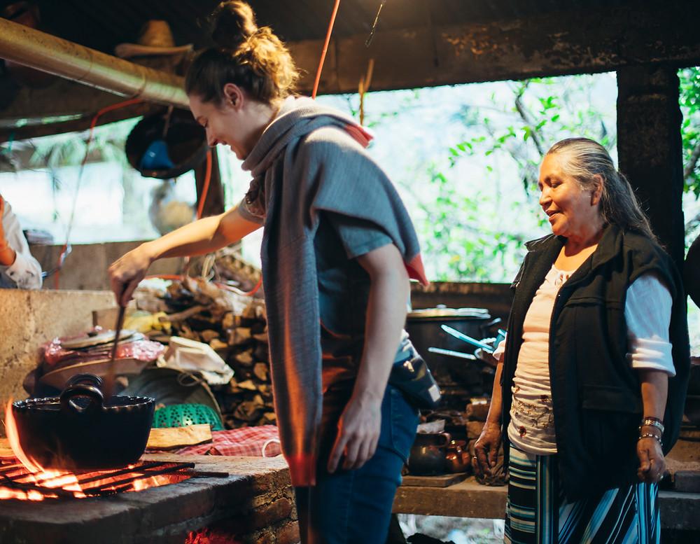 Michelle, una de nuestras viajeras, con Doña Remedios, tostado café.