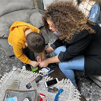 ילד ומתנדבת עושים יצירה