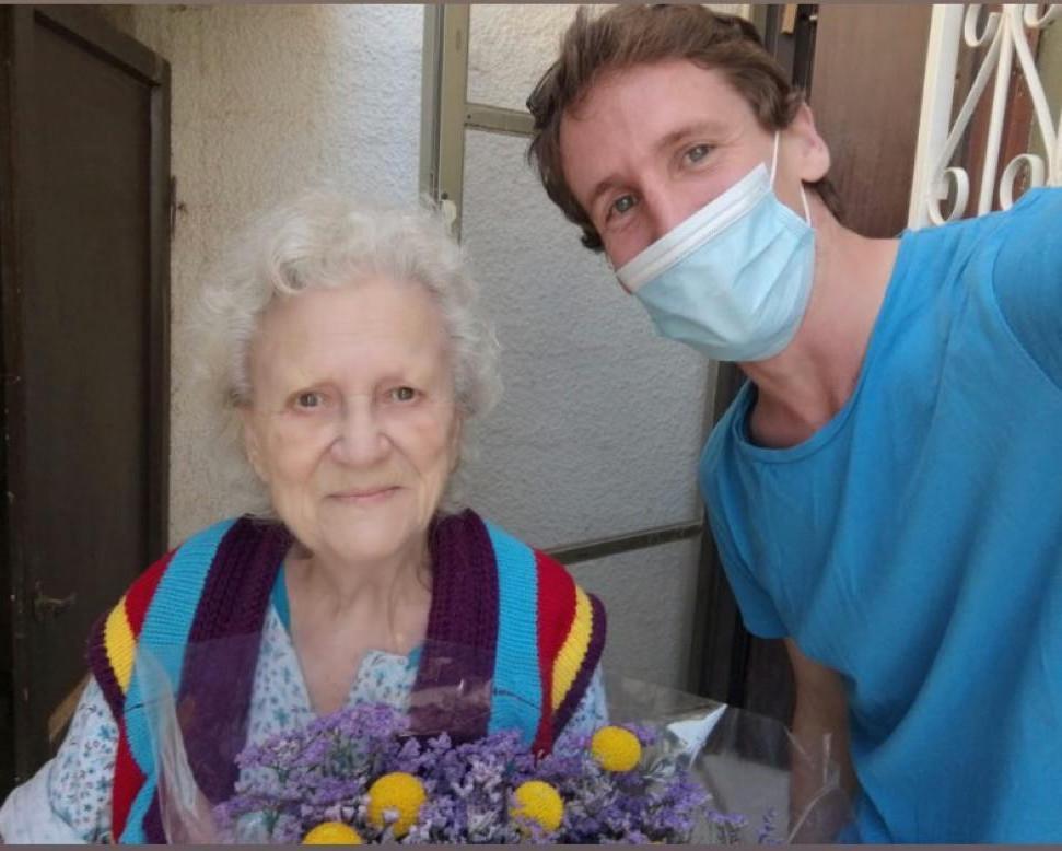 מתנדב וקשישה