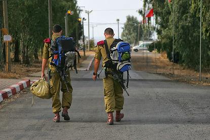 שני חיילים עם תרמילים צועדים
