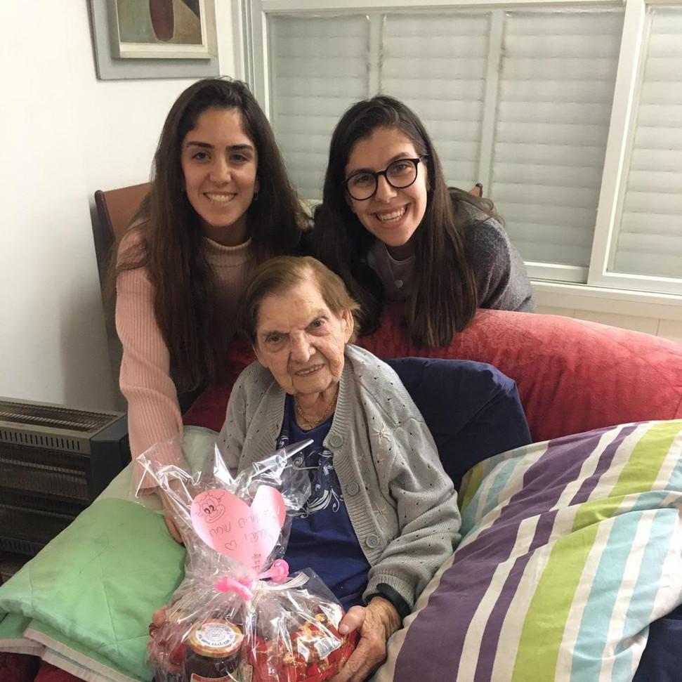 מתנדבות וקשישה