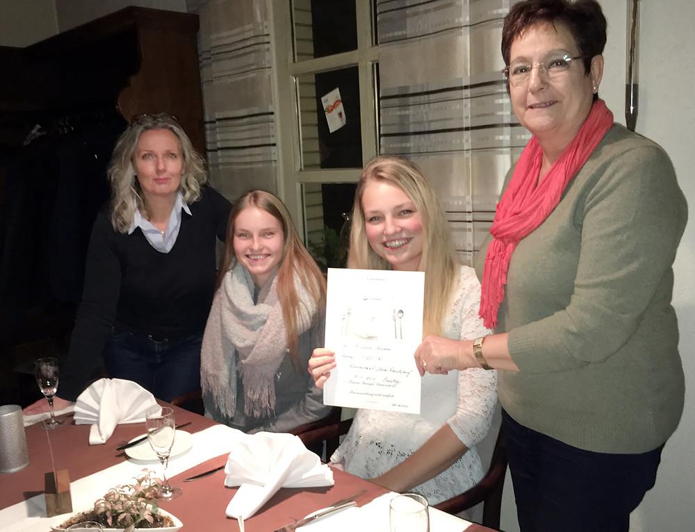 CDU Schortens übergibt den Gewinn an Michelle Boysen. Mit Melanie Sudholz und Heide Bastrop.
