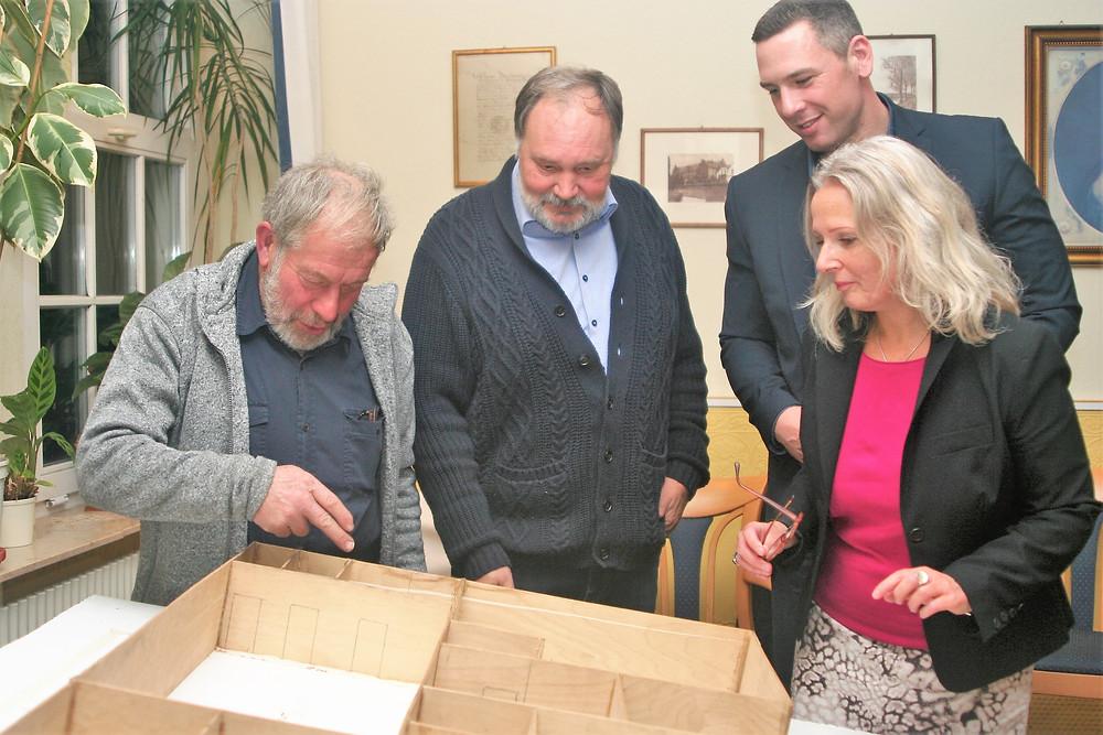 Johannes Peters und Ronald Brandes erläutern Andreas Bruns und Melanie Sudholz das Modell für das neue Heimathaus.