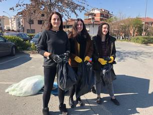 Amministratori e giovani volontari per la pulizia del parco di Villa Aliberti