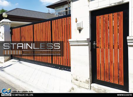 ผลงานติดตั้งประตูรั้วสเเตนเลส (อบสีดำ) ผสมอลูมิเนียมลายไม้ หน่วยงานพัฒนาการ 40