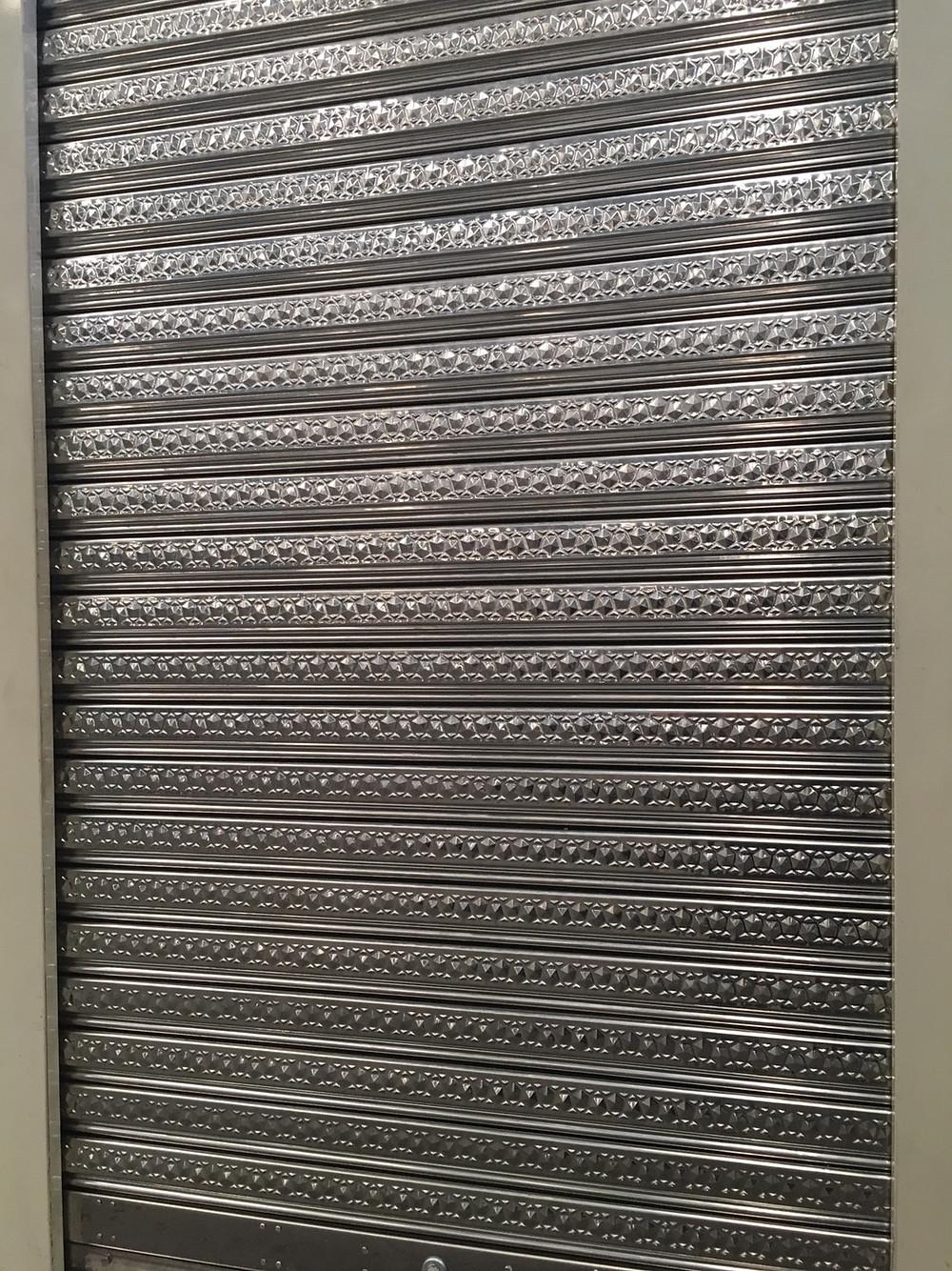 ประตูม้วนลายดิน crystal rock ผลิต-จำหน่าย โดย บริษัท ซีเจ เมทัลลิค แต่เพียงผู้เดียว