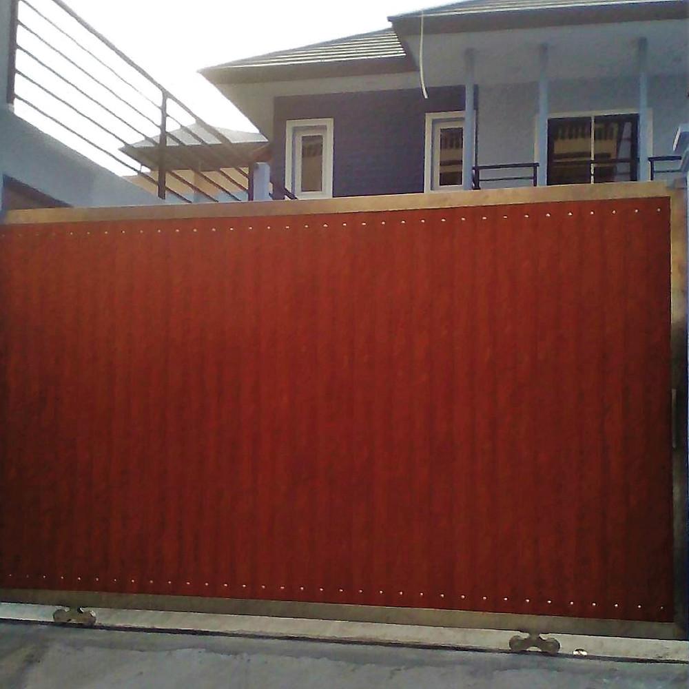 ประตูรั้วสแตนเลสบานเลื่อน ผสมอลูมิเนียมลายไม้ งานดี คุ้มราคา – ซีเจ