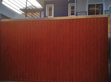 ประตูรั้วสแตนเลสบานเลื่อน ผสมอลูมิเนียมลายไม้ หน่วยงานดินแดง