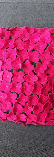Pute med påsydde blomster