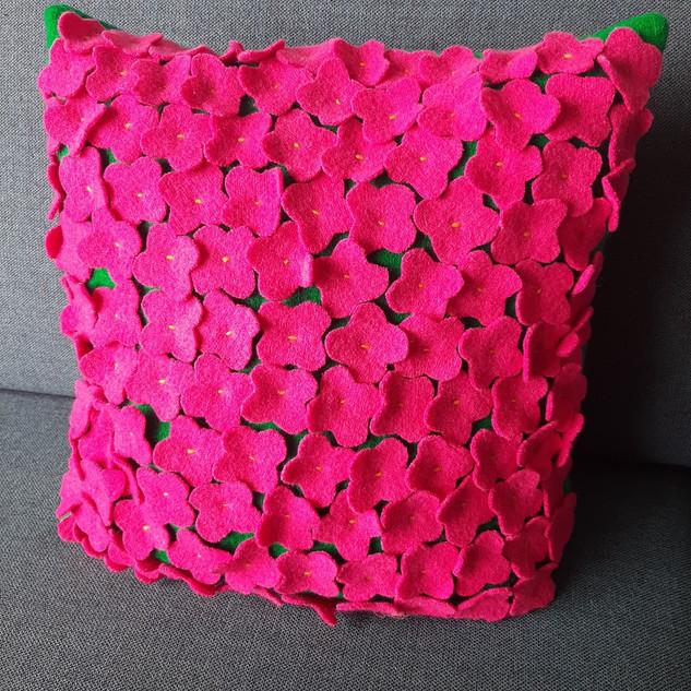 Grønn ullpute med rosa ullblomster