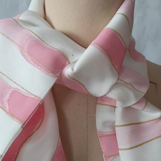 Silkeskjerf med rosa trykk