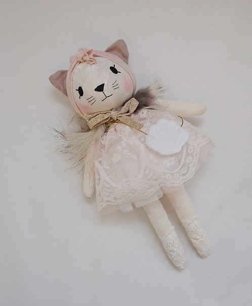 Katze mit Spitzenkleid und Tasche