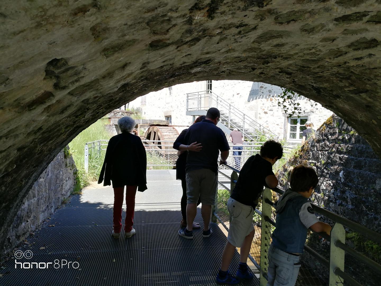 Famille devant la roue du Moulin du Got.
