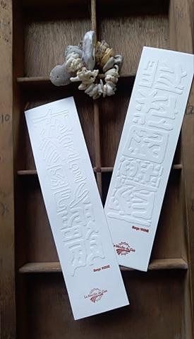 Marque-page en papier fabriqué à la main et gaufré par l'atelier d'imprimerie
