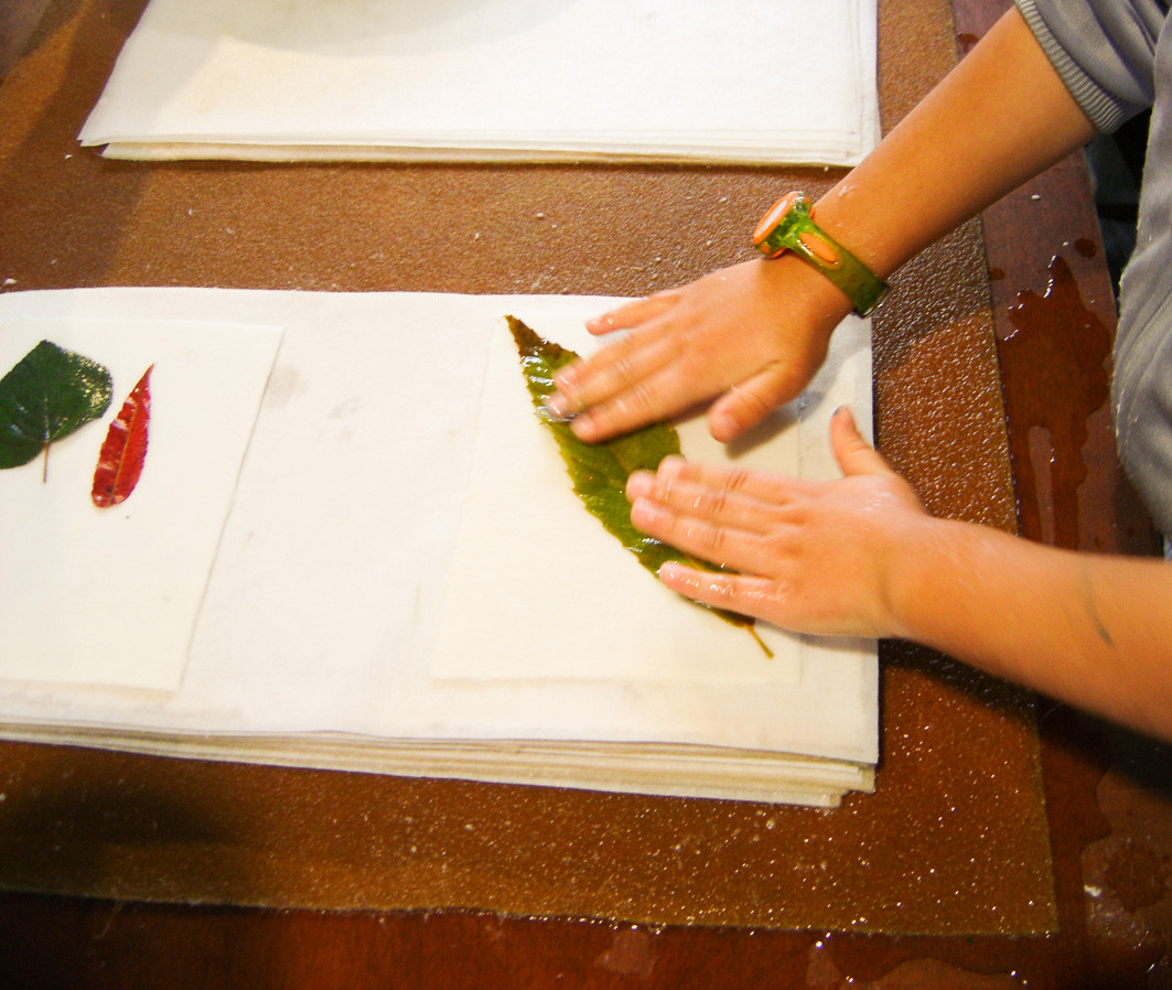 Fabrication de papier avec emprunte de feuilles