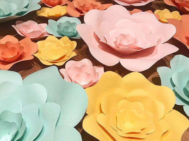 Hoy he estado de manualidades, creando flores de colores para próximas decoraciones!! Aprovecho para