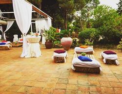 Zona chill-out para una boda con mucho color!! L&S #eventos #boda #zonachillout #chillout #color #co