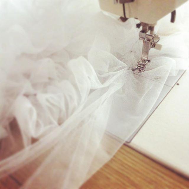 Hoy he vuelto a sacar la máquina de coser!! ☺️ Preparando una cortina de tul para la boda de J&Y 😍