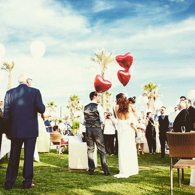 Un momento bonito de las bodas es la suelta de 🎈Boda S&E en el jardín del #lancasterbeach con _mesu