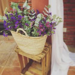 Buenos dias Jueves!! ☀️🌺 #eventos #boda #decoracion #decoracionbodas #cajademadera #cestos #flores