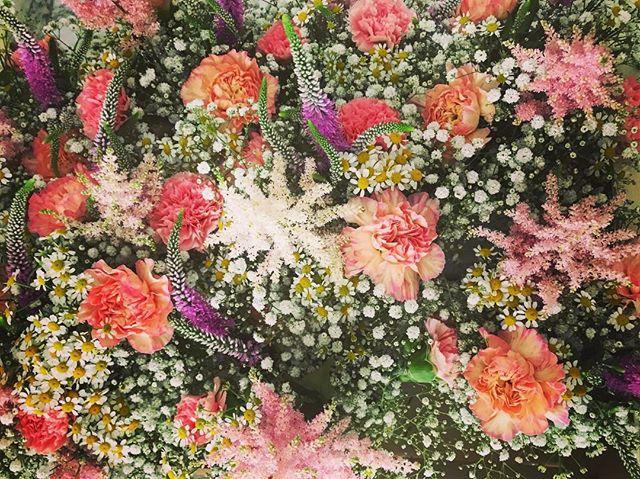Flores re-bonitas para la boda de esta tarde! 😊 _tundraflors #eventos #boda #flores #claveles #asti