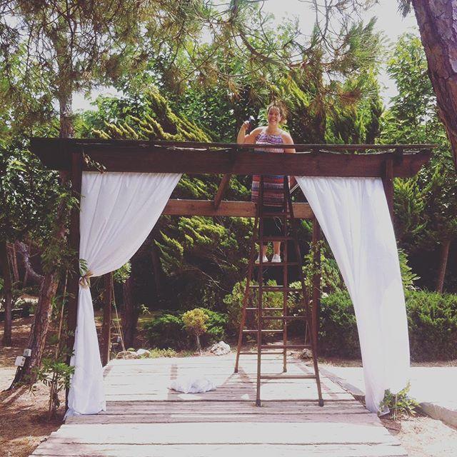 Trabajando bonito para la boda de esta tarde!! L&S 😍#eventos #boda #montajes #cortinas #arco #cerem