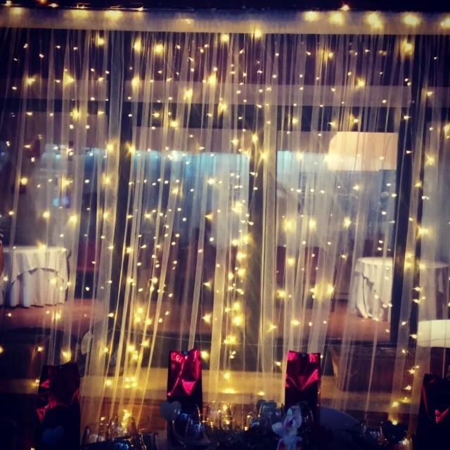 Buenos dias Lunes!! Asi de bonita quedó la cortina de luces que preparamos para la boda de J&Y!! #ev