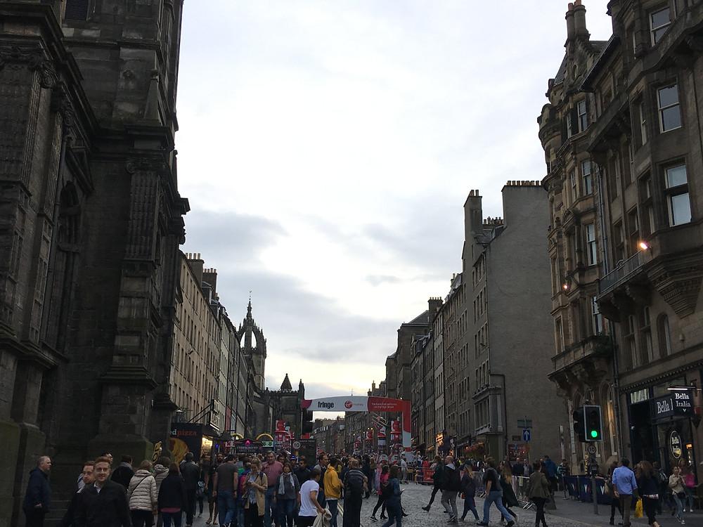 いつもは静かなメイン通りも、大勢の観客とストリートパフォーマー(バスカー)で歩くのも大変なほど賑わっています。