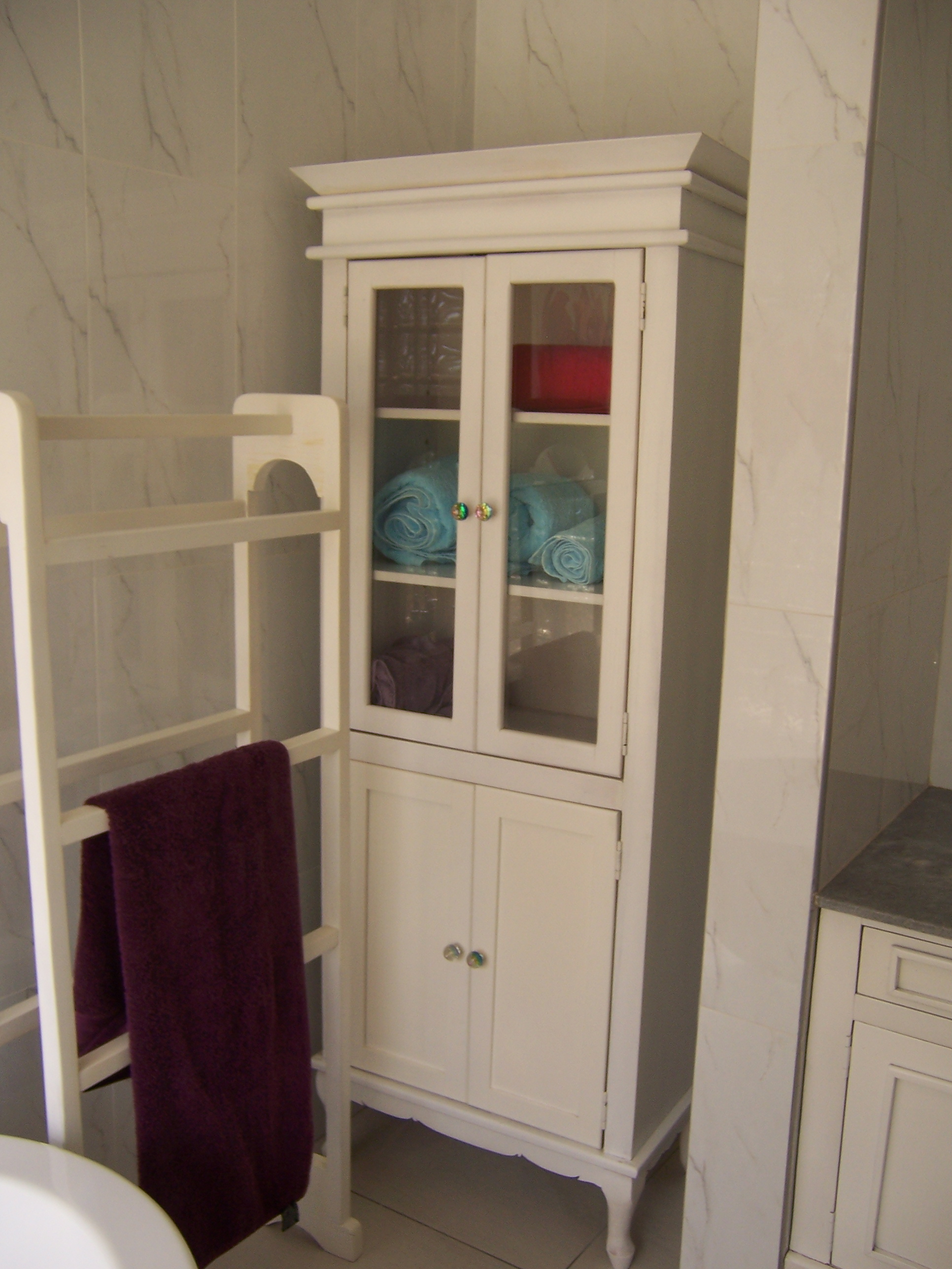 WHITE DISPLAY/BATHROOM UNIT