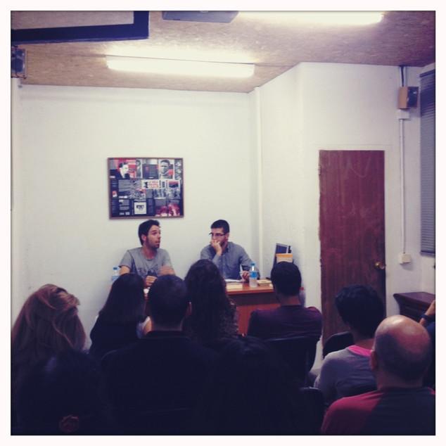 En la librería La Malatesta de Madrid, junto a Julián Vadillo Muñoz (4/10/2013). Foto: Maral Kekejian