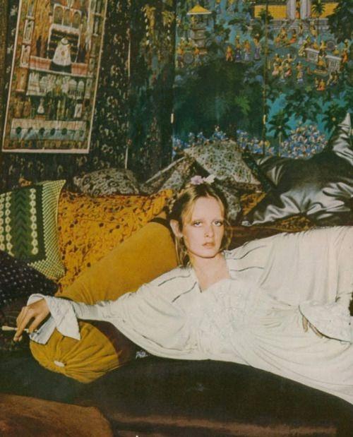 ( Twiggy Photographed by Justin De Villeneuve.  UK Vogue, 1973.)