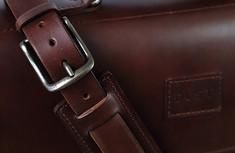 dust-shoulder-strap-detail-leather-bag.j