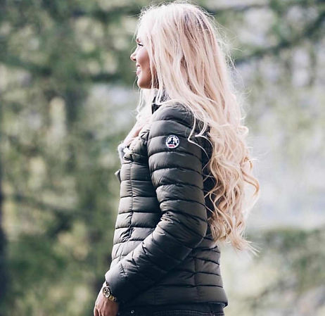 jott-coat-jacket-blonde-woman-in-forest.