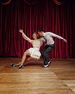 Zwei Personen tanzen Boogie Woogie