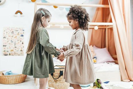 Zwei Kinder tanzen zusammen