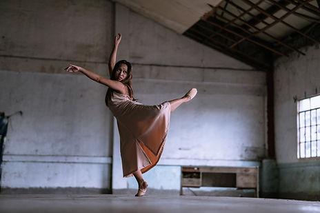 Balletttänzerin tanzt in einem Gebäude