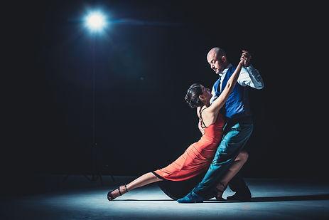 Zwei Salsa-Tänzer tanzen Salsa