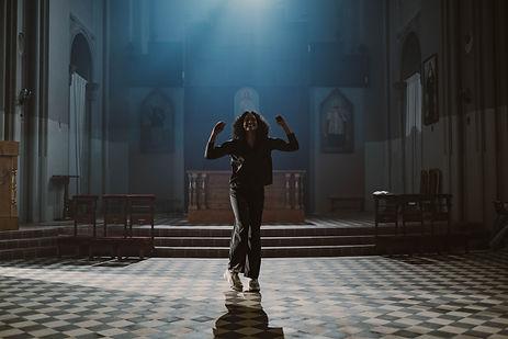 Urban-Fusion Tänzerin tanzt in einem Gebäude