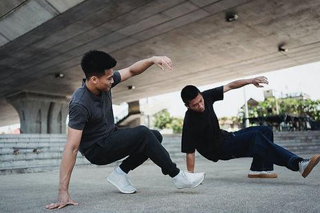 zwei breakdancer tanzen auf einem Platz