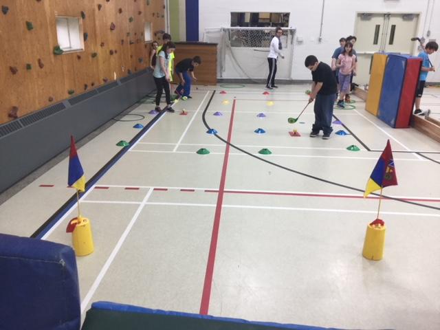 Golf en gymnase au primaire