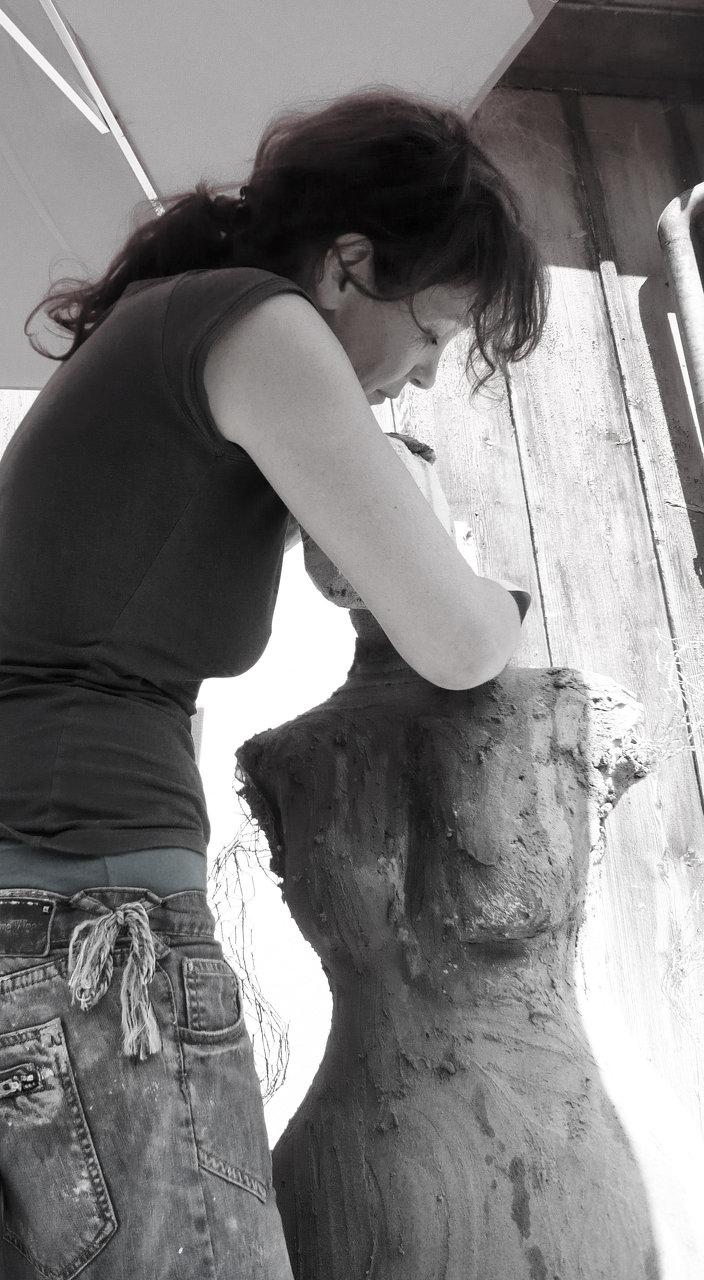 Arbeit an einer Betonskulptur