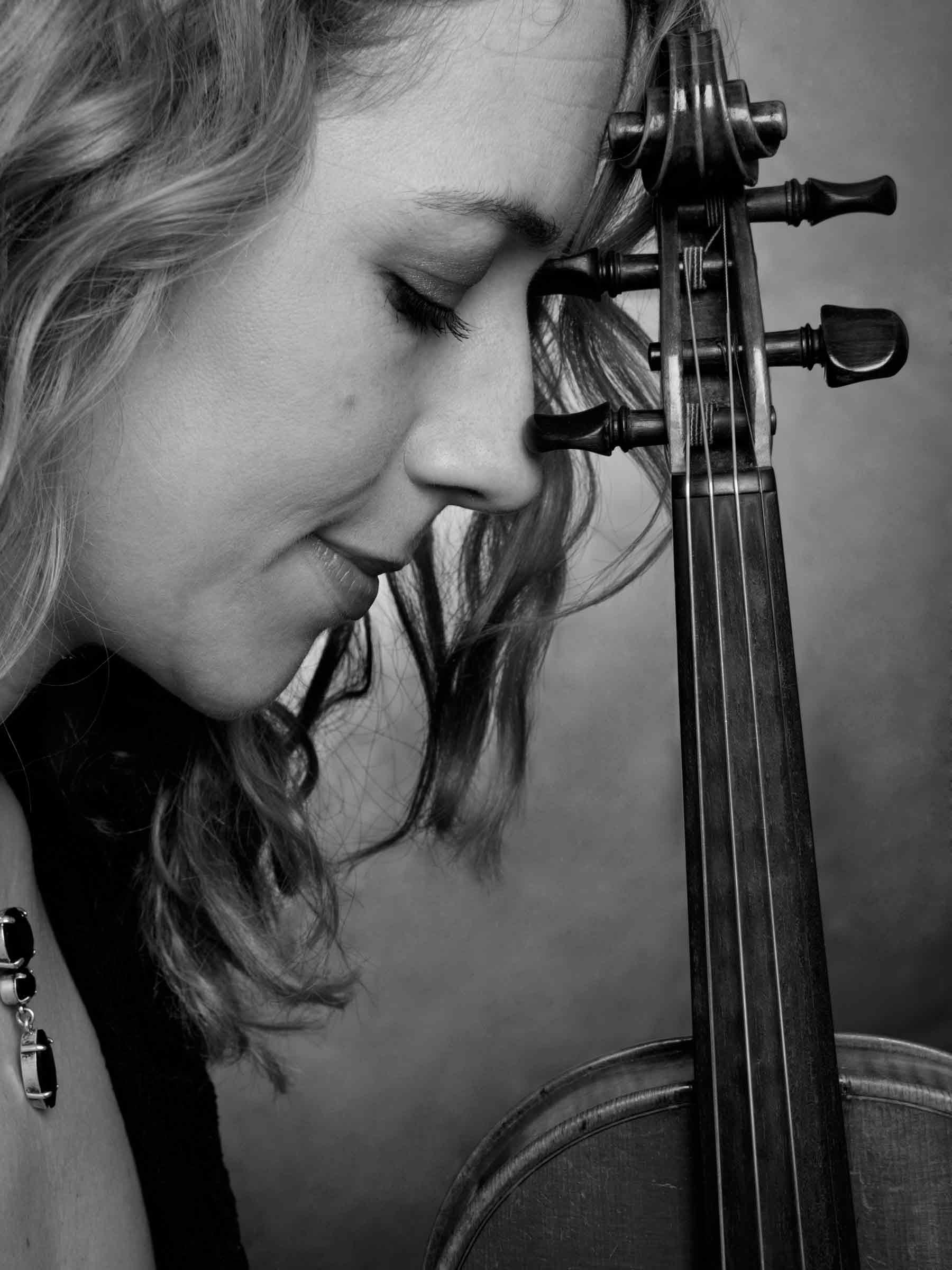 8-Portrait-Woman-Musician-Violin-Close-up-Headshot-Black-And-White-Philip-Murray-Photography-Dublin