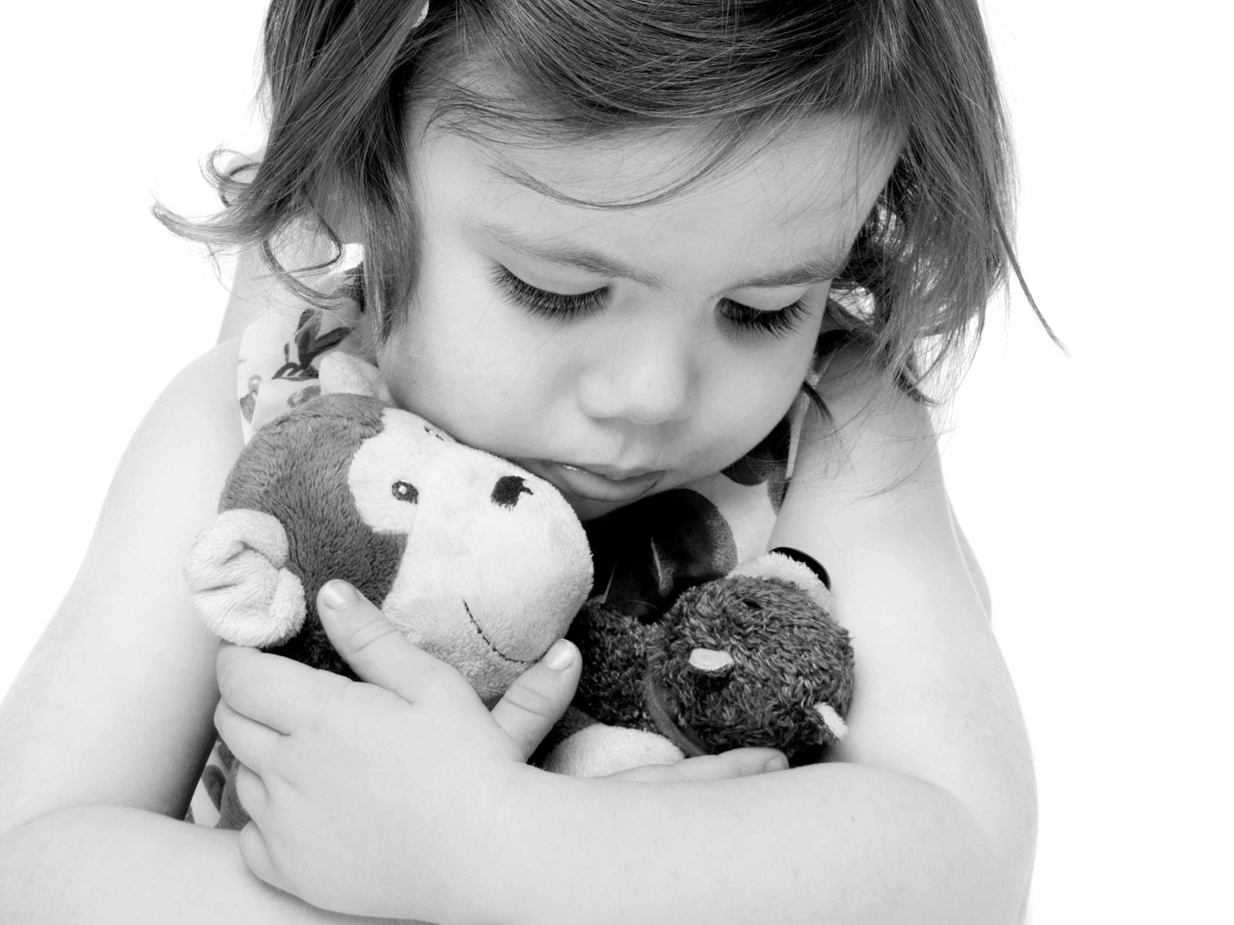 03-Home-Shoot-Toddler-Holding-Teddy-Black-and-White-Philip-Murray-Photography-Dublin